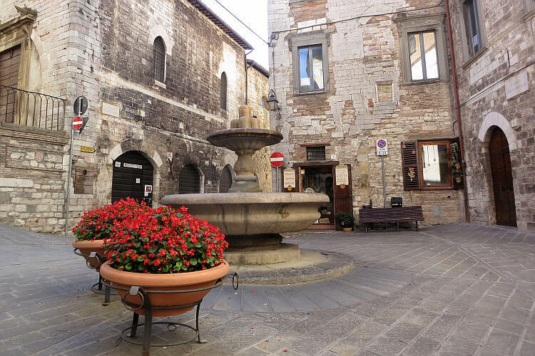 gubbio fountain photo